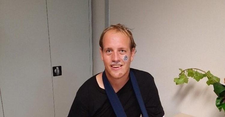 Leerlingen AMS schieten 'fietsende DJ van Franeker' te hulp na zware val